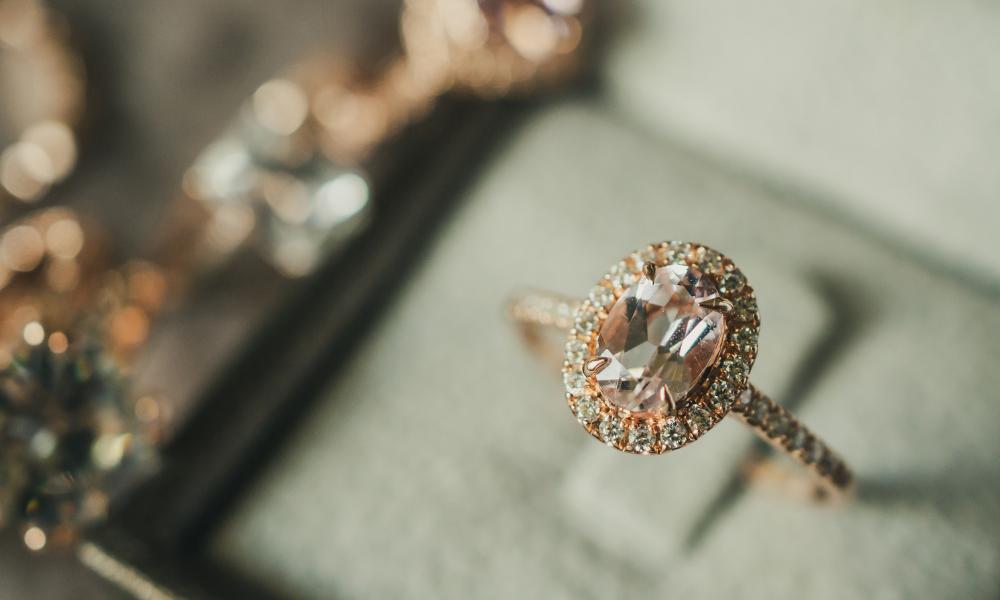 You are currently viewing כיצד אוכל לגלות איזו טבעת אירוסין היא רוצה מבלי שהיא תדע?